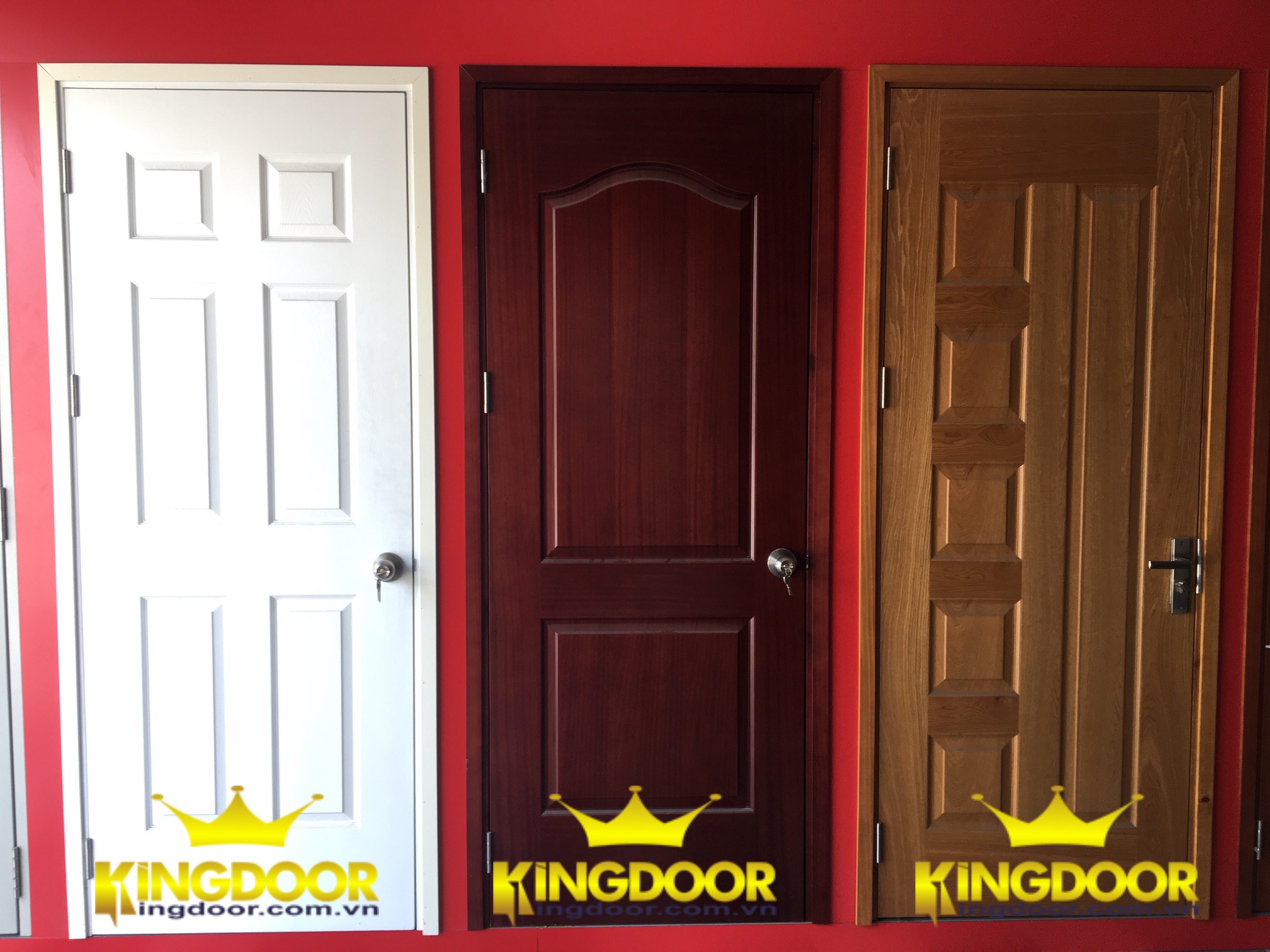 Mẫu cửa gỗ công nghiệp HDF sơn (màu trắng) và cửa HDF Veneer (2 mẫu bên phải).