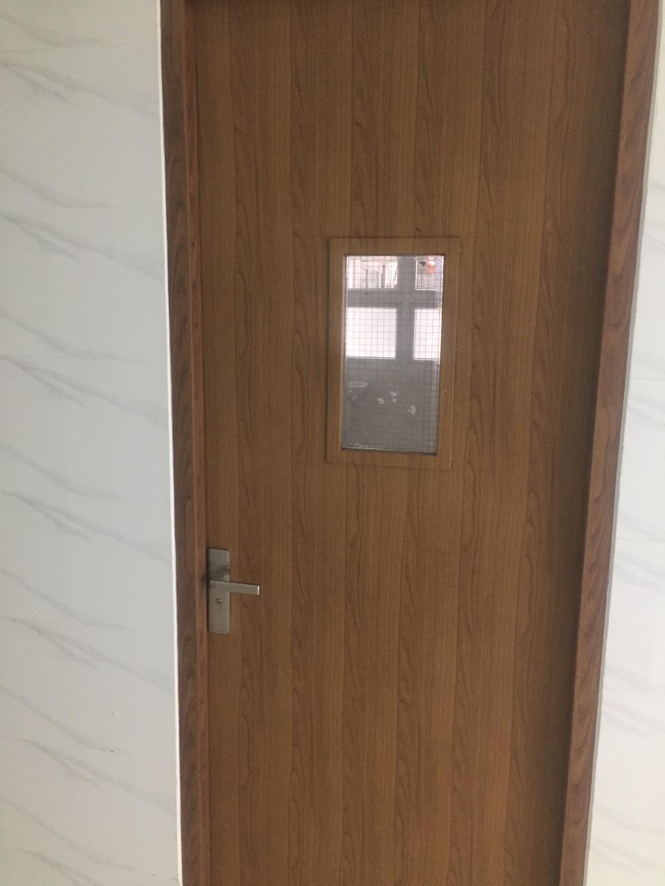 Mẫu cửa gỗ chống cháy có ô kính lưới.